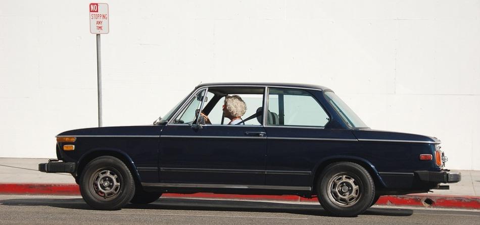 Donna anziana alla guida